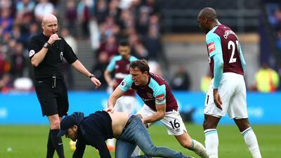 En fotos: hinchas del West Ham invadieron la cancha en derrota con Burnley