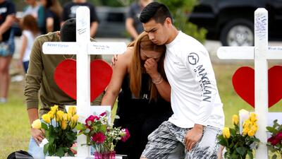 Jóvenes de la secundaria Santa Fe, en Texas, lloran a las víctimas del t...