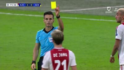 Tarjeta amarilla. El árbitro amonesta a Frenkie de Jong de Ajax
