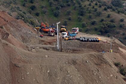 Para complicar más el operativo, los caminos que llevan a la finca no estaban preparados para dar acceso a la maquinaria necesaria, que llega a pesar hasta 75 toneladas. Por ese motivo, hubo que trabajar también en esos accesos.