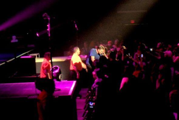 De pronto, Juanes bajó del escenario y se acercó a las personas que ocup...