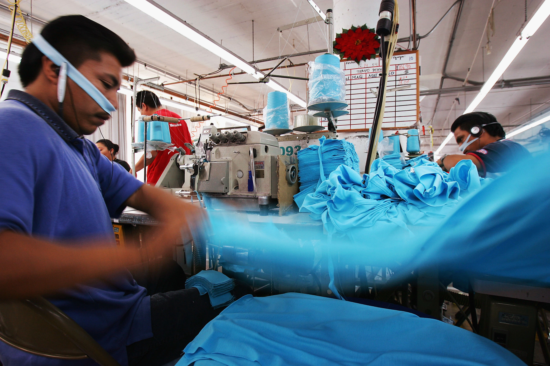 exhiben explotaci n en talleres de costura de famosas tiendas que pagaban 4 por hora. Black Bedroom Furniture Sets. Home Design Ideas