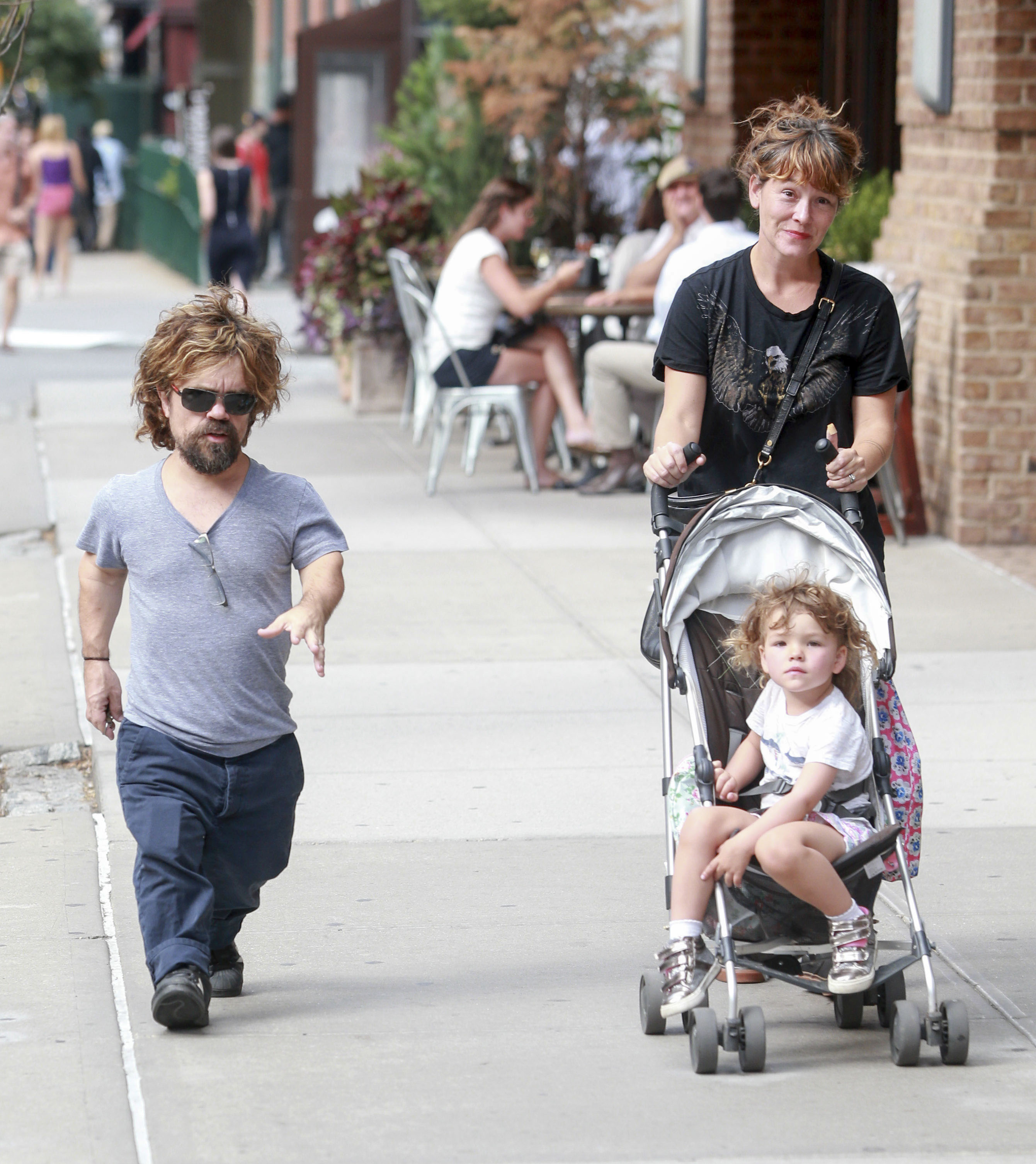 Peter Dinklage pasea con su familia - Univision X And Y Chromosomes